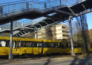 Fußgängerbrücke über die Straßenbahn Stuttgart-Botnang