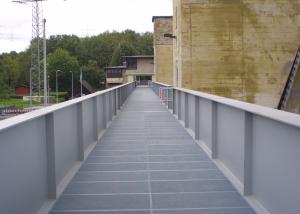 Fußgängerbrücke über den Neckar am Wehr Neckarzimmern